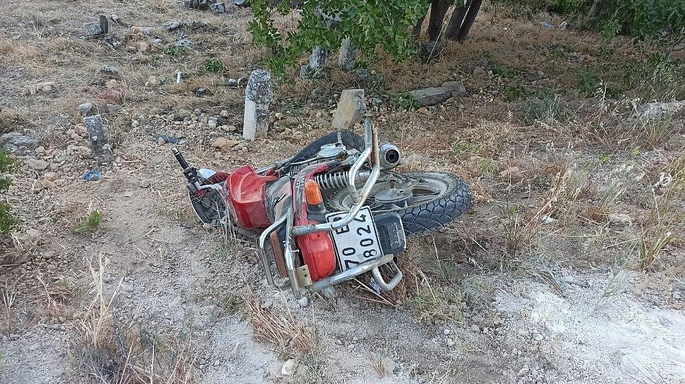 2020/05/yol-kenarindan-yuruyus-yapan-kadinlara-motosiklet-carpti-mezarliga-savruldular-4-yarali-20200531AW02-1.jpg