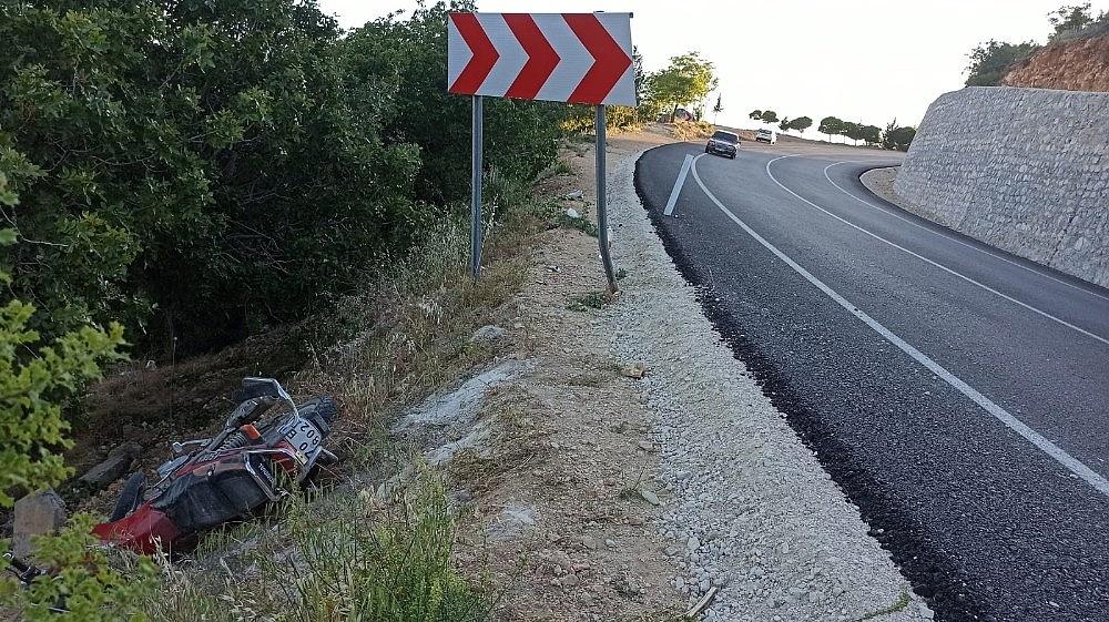 2020/05/yol-kenarindan-yuruyus-yapan-kadinlara-motosiklet-carpti-mezarliga-savruldular-4-yarali-20200531AW02-4.jpg
