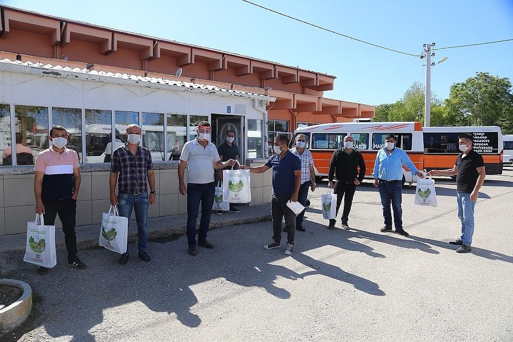 2020/06/karaman-belediyesinin-esnafa-koruyucu-malzeme-dagitimi-suruyor-20200611AW03-1.jpg