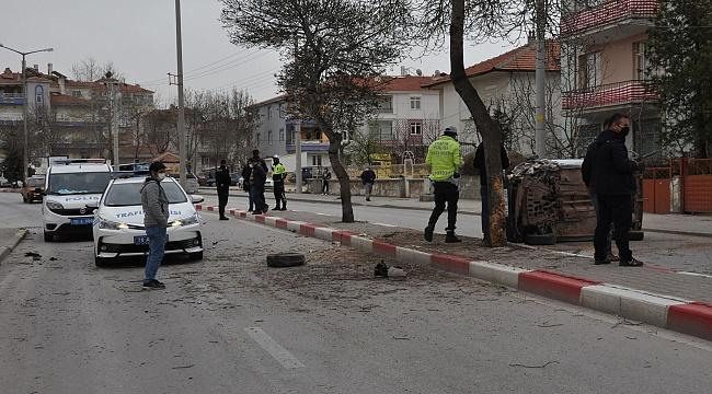 Karaman'da ağaca çarptıktan sonra hafif ticari araç yan yattı