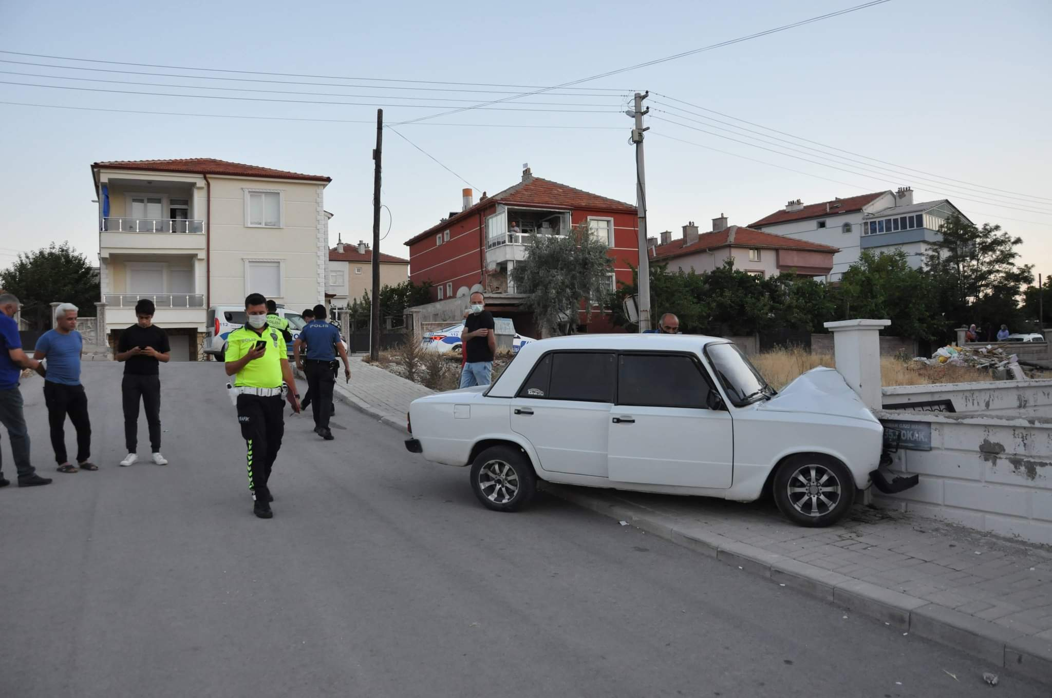 Karaman'da otomobil bahçe duvarına çarptı: 2'si çocuk 6 yaralı